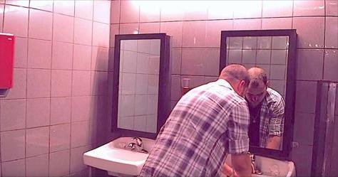 Ele foi lavar a mão no banheiro do bar e pelo espelho…