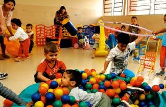 Crianças brincam na recreação da Escola Emellyne de Azevedo Aguiar, implantada na periferia de Cajamar (SP) por determinação do CME: de olho nas carências da cidade. Foto: Masao Goto Filho